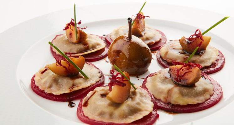 Ravioli mit Hirschpfeffer-Fühllung auf einem Carpaccio von Randen mit Büchelibirnen