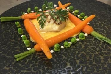 Sandre du Lac de Gruyère grillé au jus de carottes, gingembre et petits pois