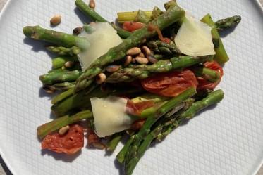 Asperges vertes grillées aux tomates, pignons et Gruyère AOP